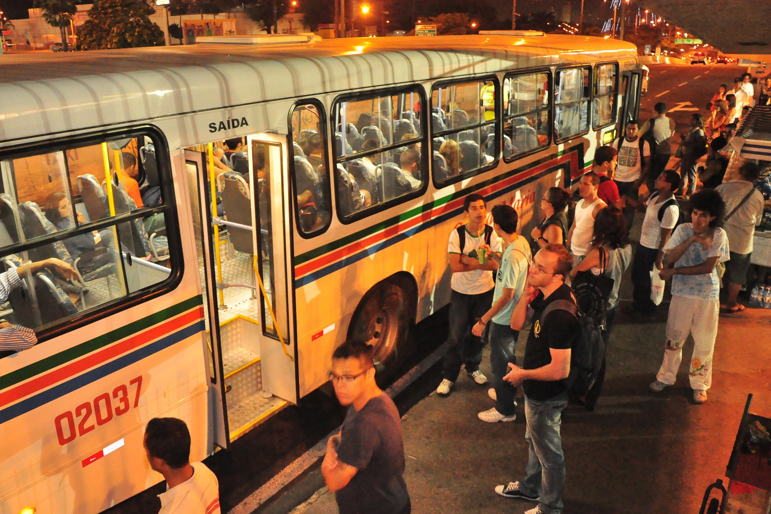 Por decisão dos motoristas, parte da frota de ônibus foi recolhida no início da noite. Paradas das principais vias ficaram lotadas