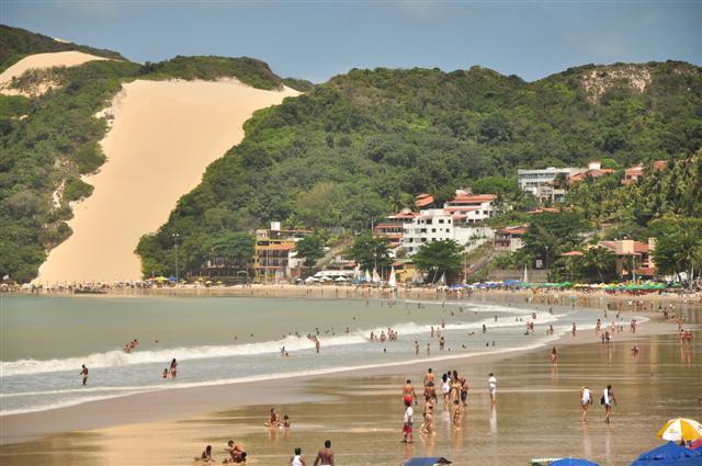 Movimentação na Praia de Ponta Negra durante o domingo