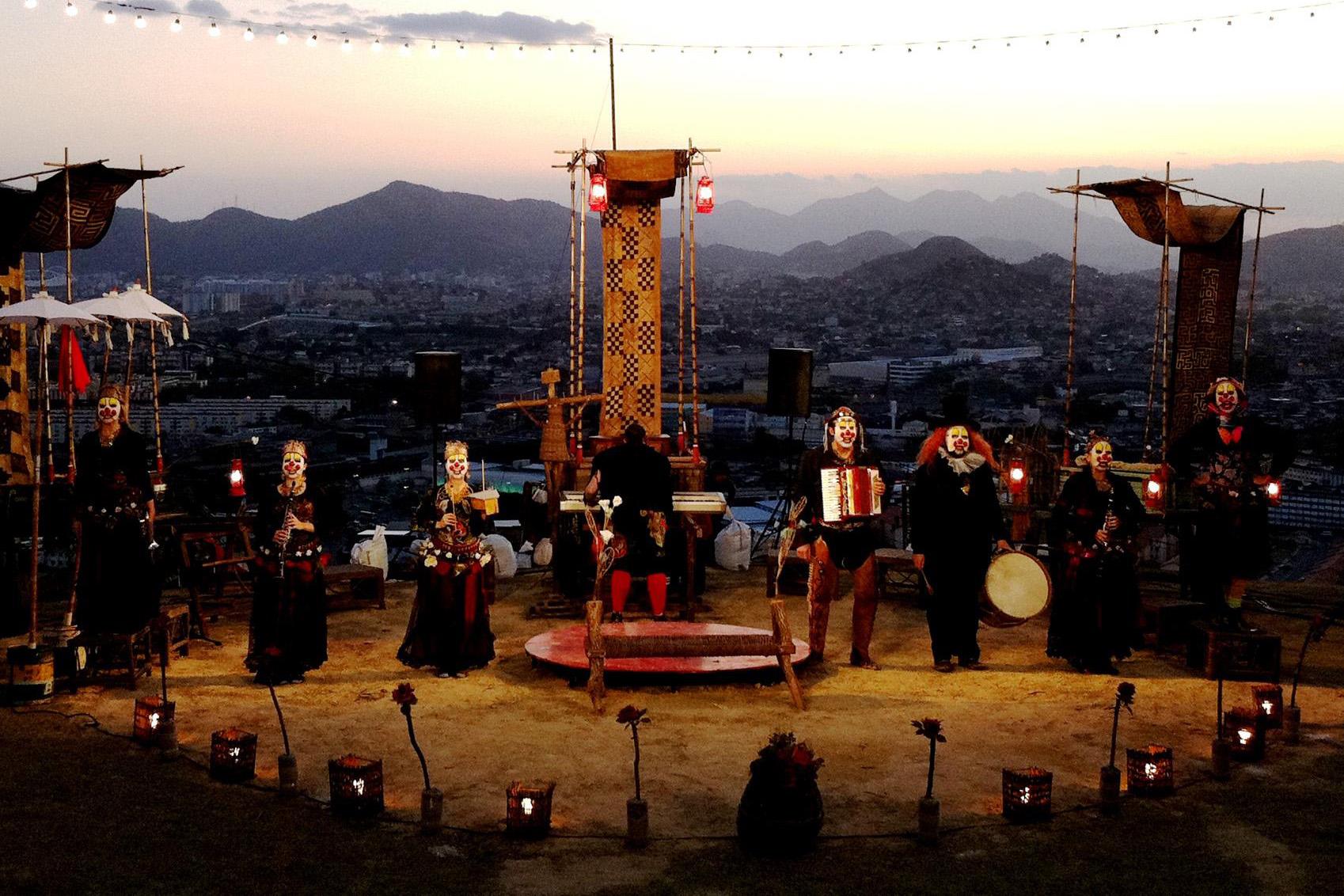 Clowns apresenta Sua Incelença, Ricardo III no Morro do Alemão-RJ, em um dos mais importantes festivais de teatro do País
