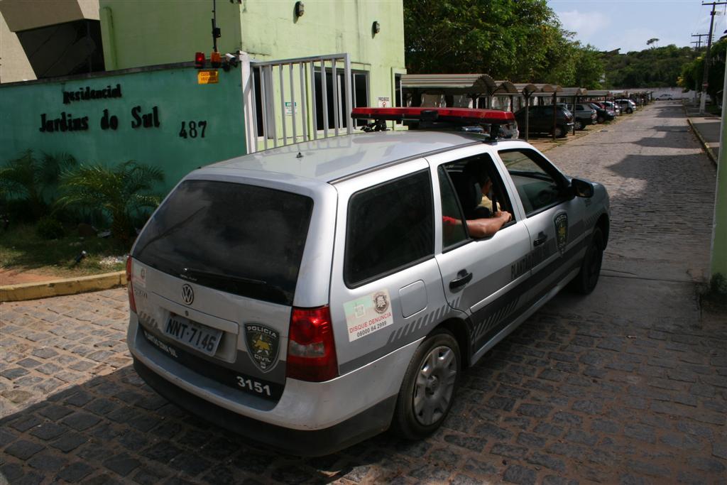 Policiais da delegacia de plantão da zona Sul chegando no redidencial Jardins do Sul, local onde o corpo de  Francisco Quirino foi encontrado