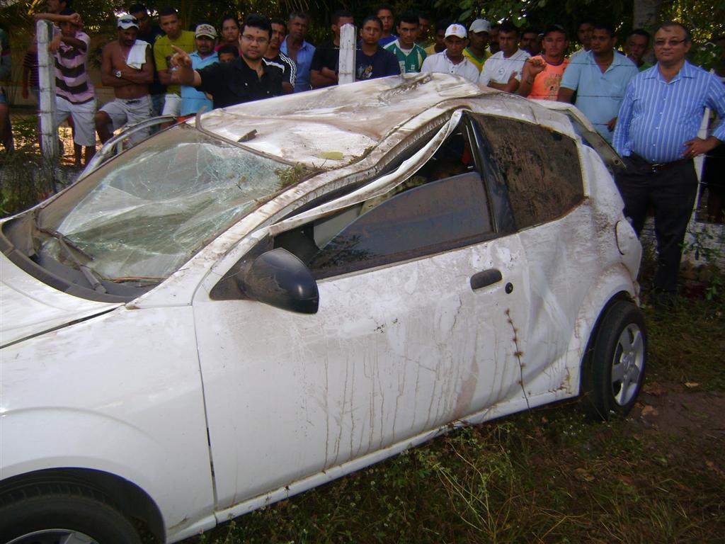 Ford K branco colidiu com uma árvores às margens da  na rodovia estadual que liga Ceará Mirim a Pureza