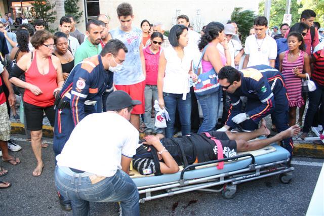 Um dos jovens foi atingido com uma facada no queixo