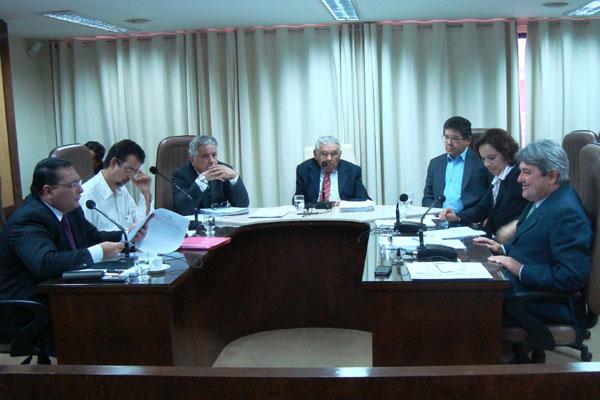 Deputados estaduais se reúnem na Comissão de Constituição e Justiça da Assembleia Legislativa