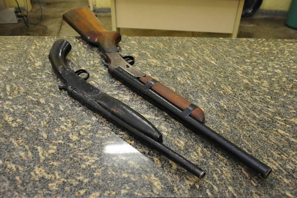 Duas espingardas calibre 28 foram encontradas com o rapaz