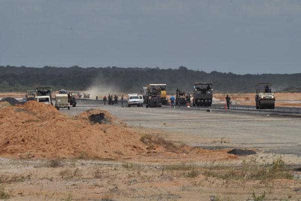 O aeroporto foi leiloado em agosto e, por enquanto, tem as obras executadas por homens do Exército