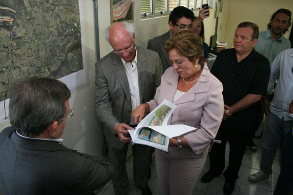 Gerson Mello Almada, com a governadora Rosalba Ciarlini, lembra que o cronograma prevê para agosto de 2012 o início das obras