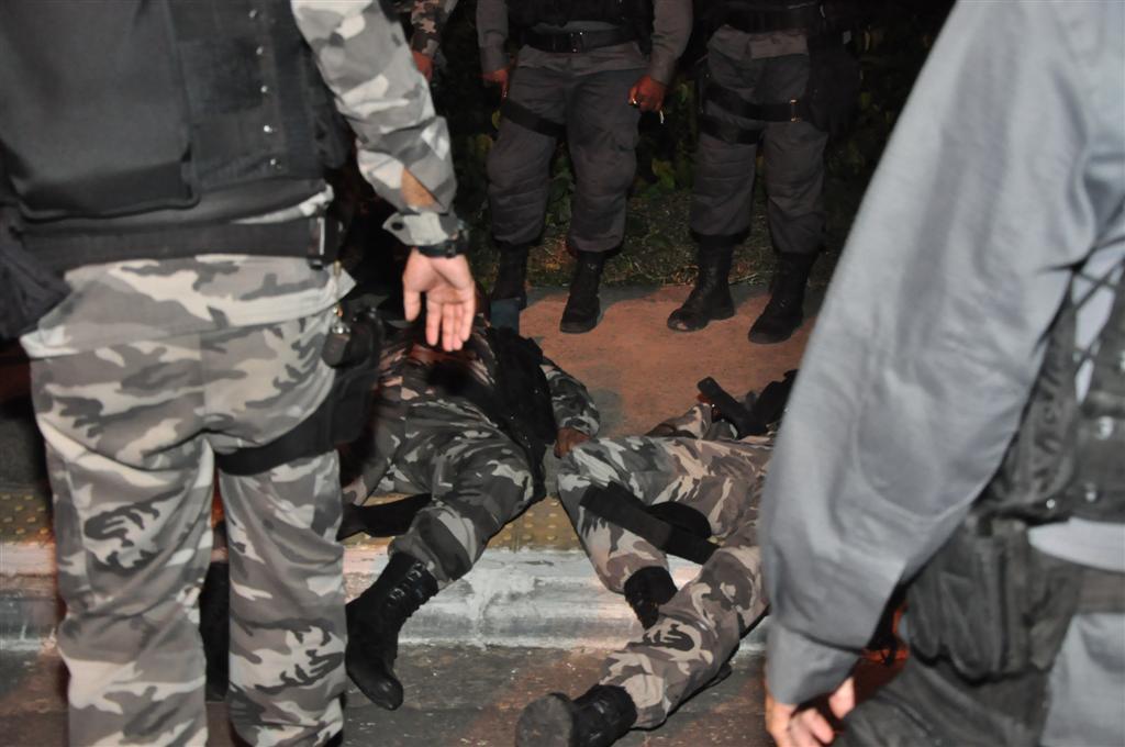 Ao todo, quatro policiais ficaram feridos no acidente.