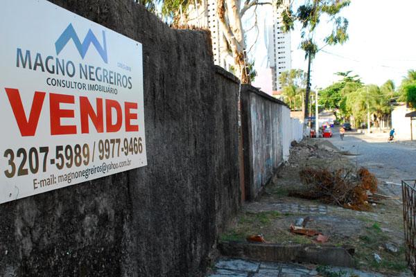 Na rua Manoel Augusto Bezerra - conhecida como rua do Salsa - moradores colocam imóveis à venda