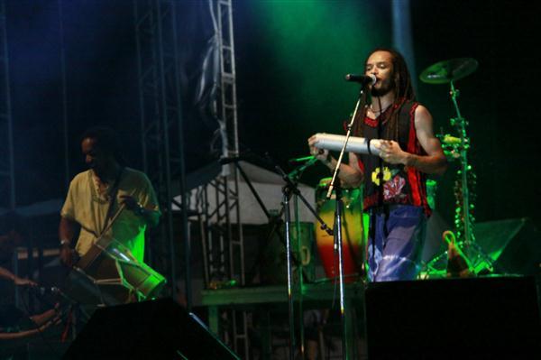 Banda levou novos elementos de percussão ao palco e agradou ao público