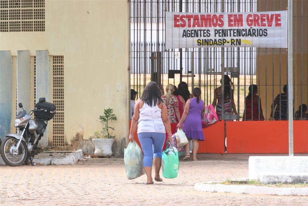 Familiares de presos chegando no presídio de Alcaçuz