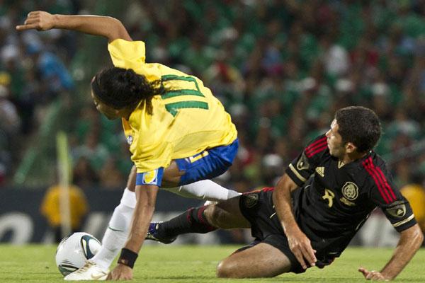 Apesar de sofrer uma forte marcação, Ronaldinho conseguiu render bem e acabou o jejum de gols na seleção numa bela cobrança de falta