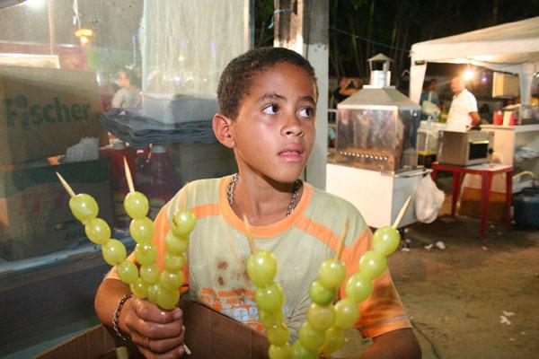 Fabiano Santos, 12 anos: venda de frutas em troca de ingressos para o parque de diversões