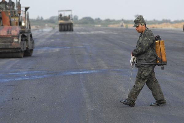 Com obras de infraestrutura básica tocadas atualmente com recursos públicos, por homens do Exército, o aeroporto será concedido à iniciativa privada