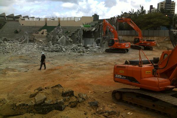OAS começa demolição do ginásio Machadinho