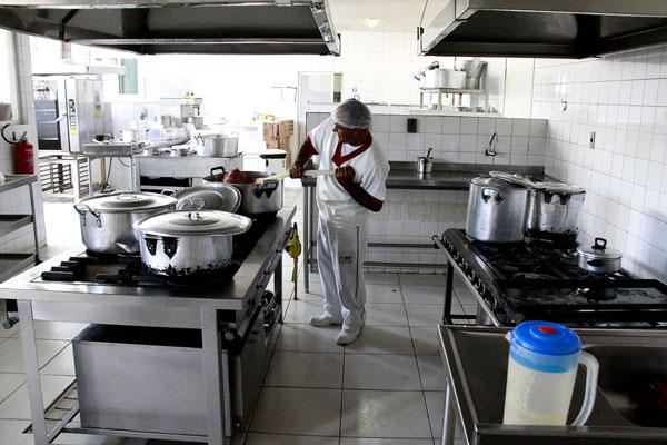 Na cozinha do Hospital Maria Alice Fernandes trabalham diariamente 14 pessoas. Com a greve, apenas seis funcionários se apresentaram ontem