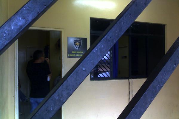 Os bandidos entraram na delegacia na madrugada