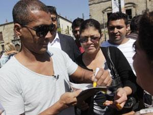 Romário dá autógrafos no México