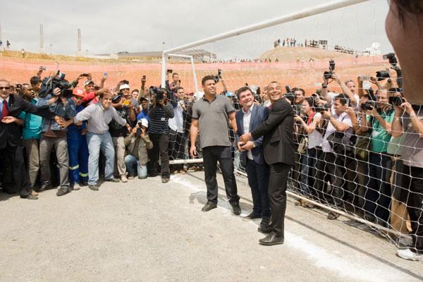 Ronaldo se juntou ao presidente do Corínthians, a políticos e trabalhadores do Itaquerão para festeja anúncio da abertura em São Paulo