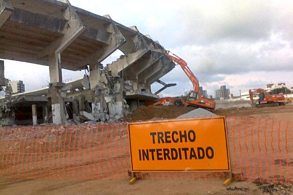 O estádio Machadão começou a ser derrubado na tarde desta sexta-feira