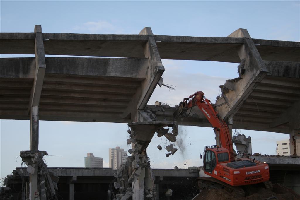 Depois de demolir o Machadinho em poucas horas, a construtora OAS iniciou, na tarde desta sexta-feira (21), a demolição do estádio Machadão.