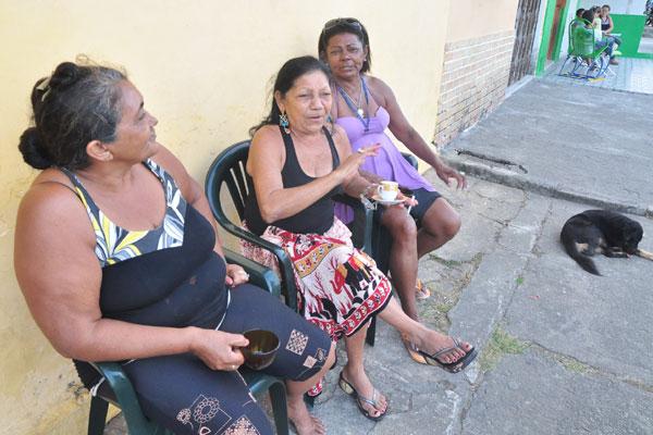 As vizinhas Francisca, Margarida e Maria se reúnem regularmente para colocar a conversa em dia