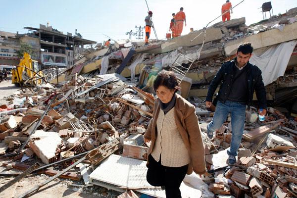 Equipes de resgate e famílias ainda procuram pessoas presas nos escombros na cidade de Ercis