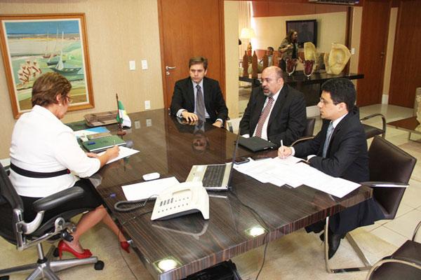 Rosalba Ciarlini assina o ato de nomeação do novo consultor do Estado, José Marcelo Costa
