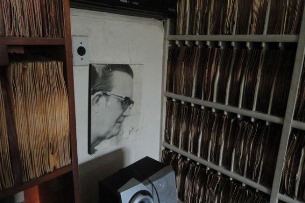 Fotografia de Grácio Barbalho, que marca presença em meio ao acervo de oito mil discos