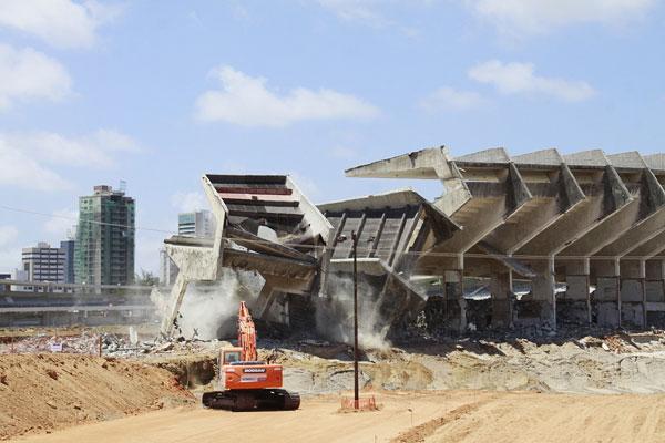 Terceiro módulo do anel superior foi demolido através de uma técnica de tração, visando garantir a segurança dos funcionários da obra