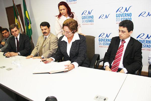 Governadora Rosalba Ciarlini assina os termos de posse de José Marcelo Costa e Anselmo Carvalho