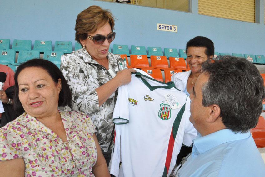 A governadora recebeu camisas de clubes locais, como Baraúnas e Potiguar de Mossoró