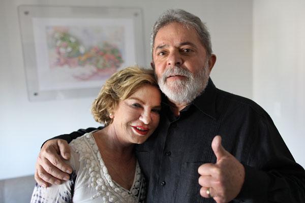 Luiz Inácio Lula da Silva, ao lado de Marisa Letícia, demonstra otimismo com o tratamento médico