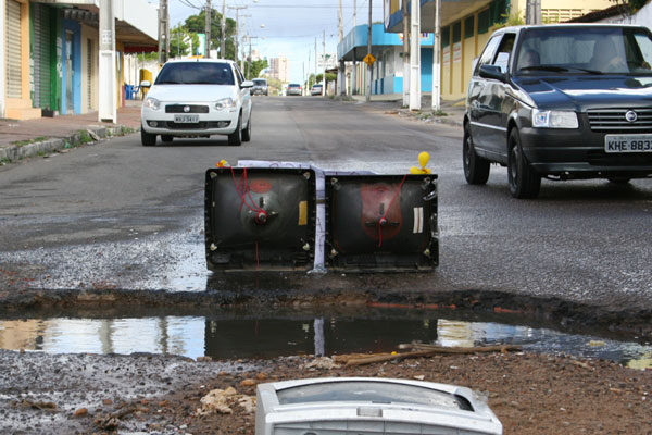 Moradores da avenida dos Xavantes reclamam de buracos que prejudicam trânsito na via