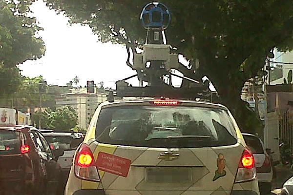 Carro do Google Maps Street View foi visto na rua Apodi no início da tarde desta quinta-feira (3)