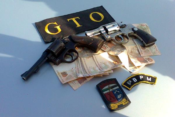 Polícia apreendeu revólveres e recuperou o dinheiro levado da agência