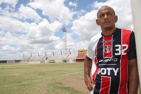 Severino Sobrinho (Cocobil) coloca a própria liberdade em risco para não deixar o estádio Marizão se acabar ante o descaso governamental