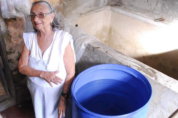 A aposentada Hozana França (Quintas) armazena água devido a irregularidade no abastecimento