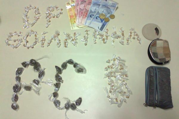 A Polícia Civil apreendeu trouxas de maconha, pedras de crack, e R$ 74 com as irmãs