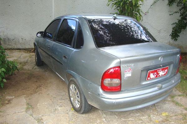 Um táxi modelo Corsa Classic foi apreendido com a dupla.