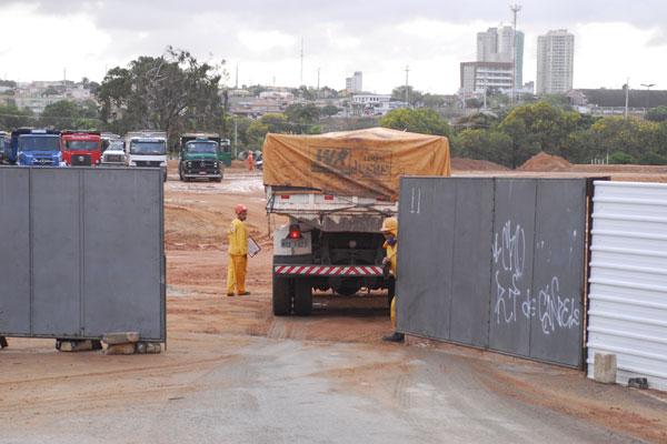 Caçamba que leva areia do buraco do Correia entra no canteiro  de obras do Arena das Dunas por portão de  acesso pela marginal  da BR-101.