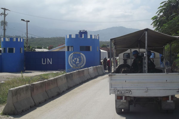 Base das Nações Unidas em Porto Príncipe abriga parte das forças internacionais de paz e coordena ajuda humanitária ao povo do Haiti