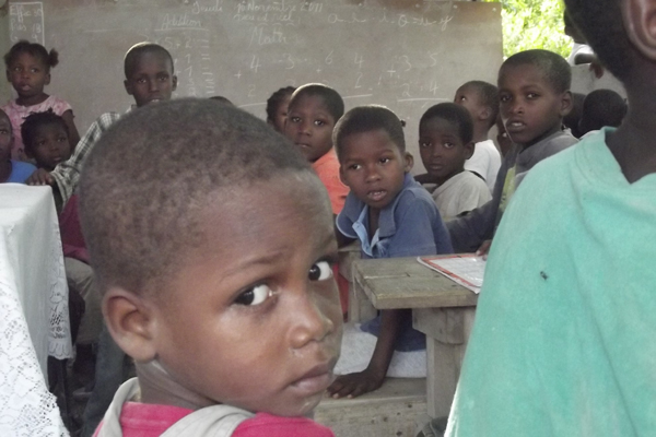Cinquenta e cinco crianças órfãs frequentam a escola