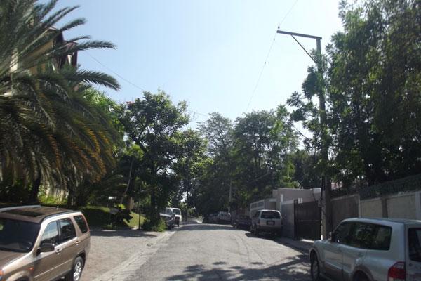 Ruas limpas e tranquilas, carros de luxo estacionados em frente a mansões do bairro nobre de Pétion-Ville, contrasta com a pobreza e o caos no trânsito nas áreas centrais de Porto Príncipe, a capital do Haiti