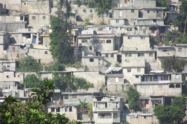 Aglomerados de prédios mostram que aos poucos a cidade vai se recuperando do terremoto que destruiu o país, em janeiro de 2010