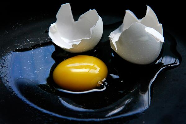 Por ser pouco calórico e ter proteínas de alto valor nutricional, o ovo não engorda. Pelo contrário, até ajuda em dietas
