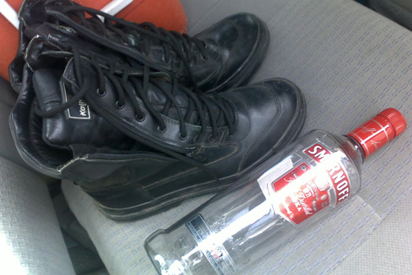 Inspetores da PRF encontraram uma garrafa de vodka vazia dentro do veículo apreendido