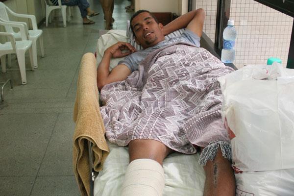 Alan Silva caiu da moto pilotada por seu amigo e espera cirurgia