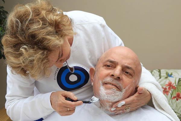 Instituto Lula divulgou fotos do ex-presidente já sem o cabelo