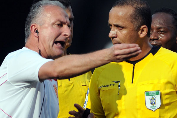 Alício Pena Júnior, na foto recebendo a reclamação de Dorival Júnior, vai apitar jogo do América