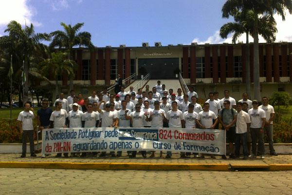 Concursados da PM e dos bombeiros realizam protesto em frente ao prédio da Governadoria